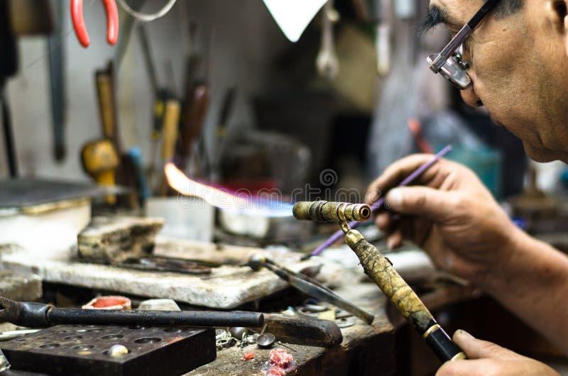 паять орнамента ювелира мастерский Изображение рук и поднимающего вверх продукта близкого стоковые изображения