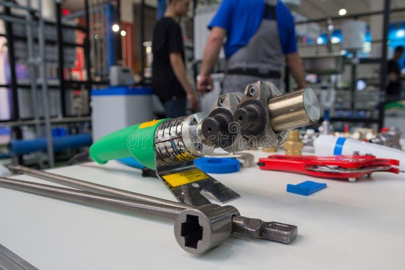Паяя утюг для труб полипропилена и других инструментов для установки трубопровода стоковые фото