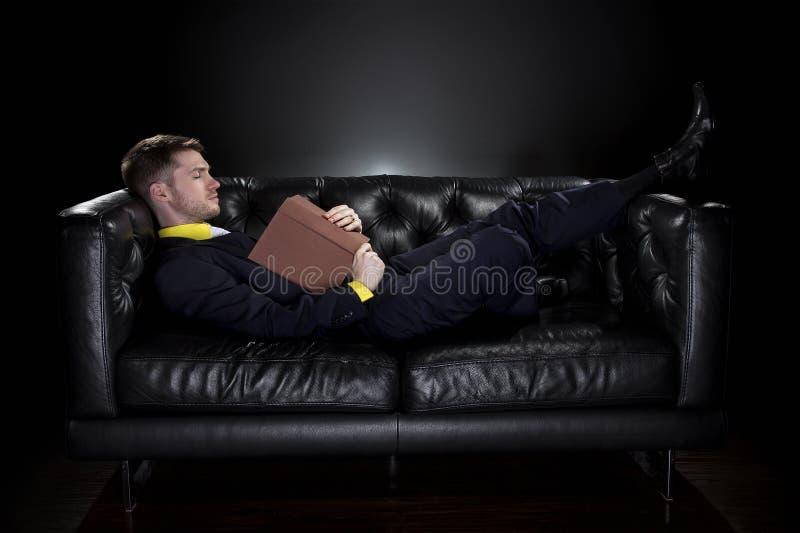 Падать человека уснувший пока читающ стоковая фотография rf