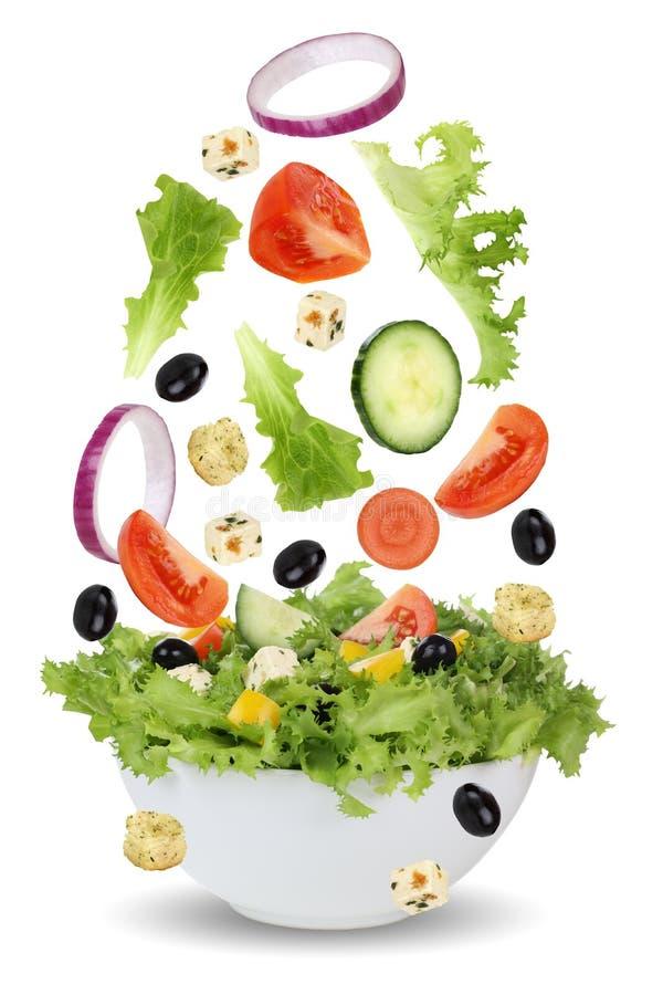 Падая салат в шаре с салатом, томатами, луком и оливками стоковое фото rf