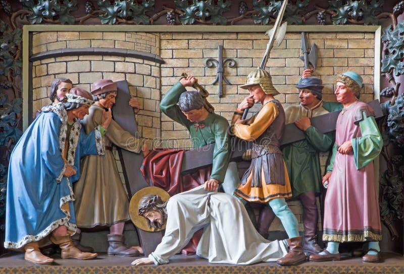 Падение Брюгге - Иисуса под крест Сброс в церков St Giles (Sint Gilliskerk) как часть страсти цикла Христоса стоковое фото rf