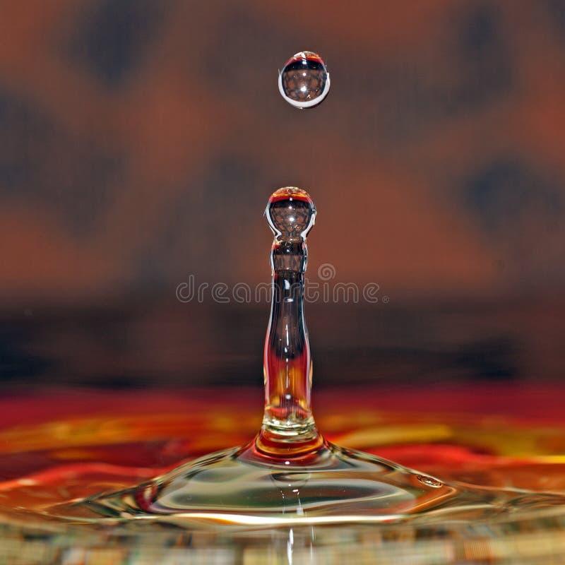 Падение воды в красивых цветах стоковые изображения