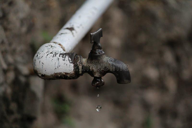 Падение воды протекая от крана стоковое фото rf