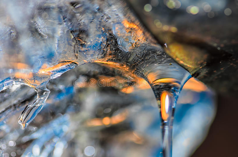 Падение плавя воды со льдом от водосточной трубы стоковое фото rf