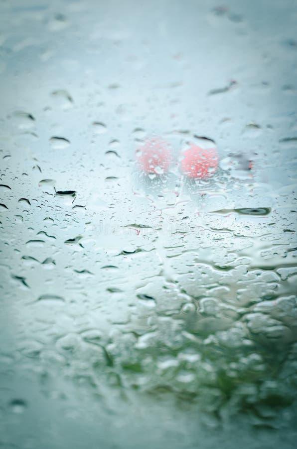 Падения дождя на переднем стекле автомобиля стоковые изображения rf