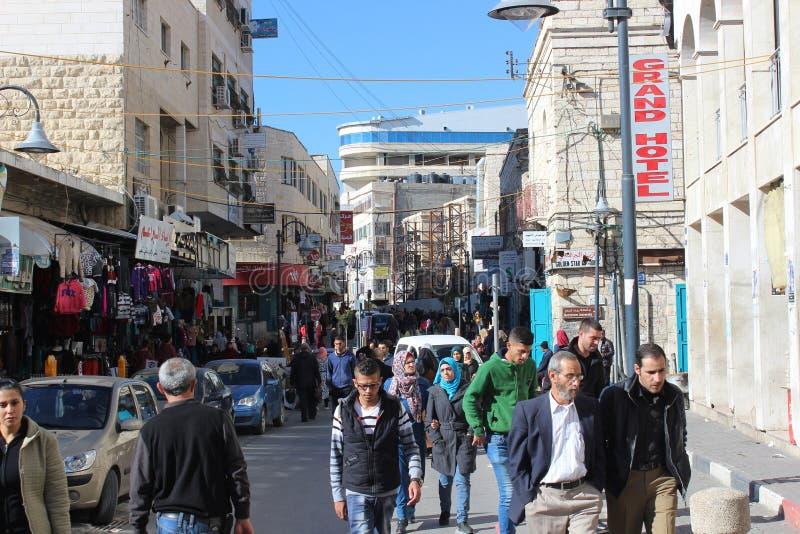 Палестинские люди идя в улицу в Вифлееме стоковые фотографии rf