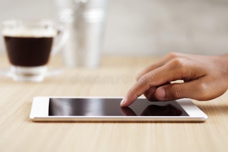 Палец Selectivefocus касаясь на цифровой таблетке стоковая фотография rf