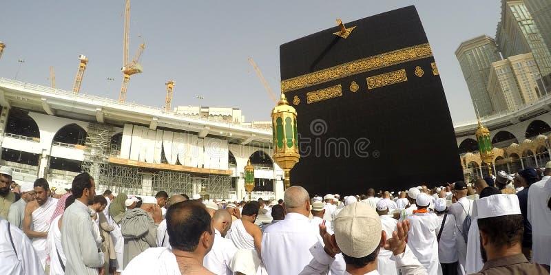 Паломники выполняют Tawaf и молитву стоковые изображения rf