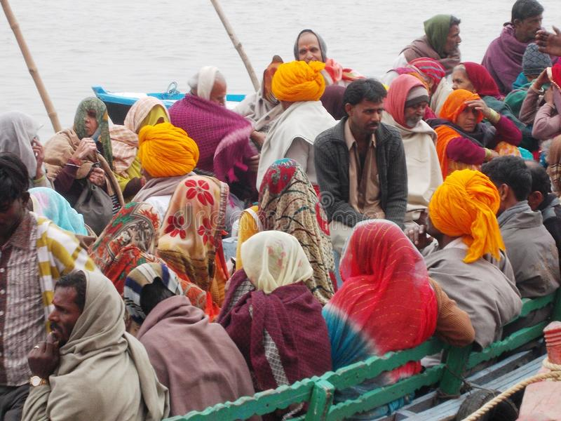 Паломники в Священном городе Варанаси в Индии стоковая фотография