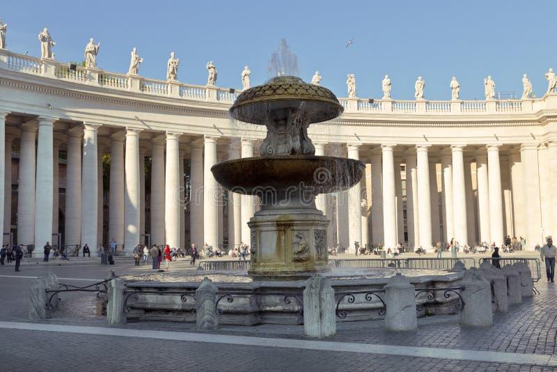 Паломники и туристы около колоннады базилики St Peter, государство Ватикан, стоковые фото
