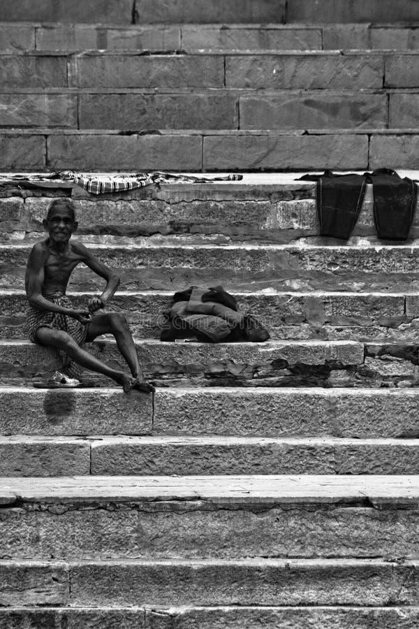 Паломники купают и моют в святых водах Ганга, Varana стоковое фото