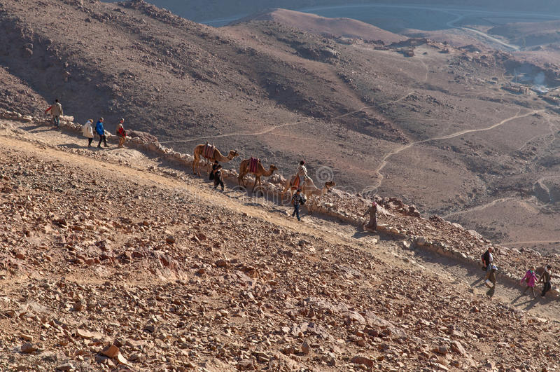 Паломники спуская от Синая устанавливают, Египет стоковое фото