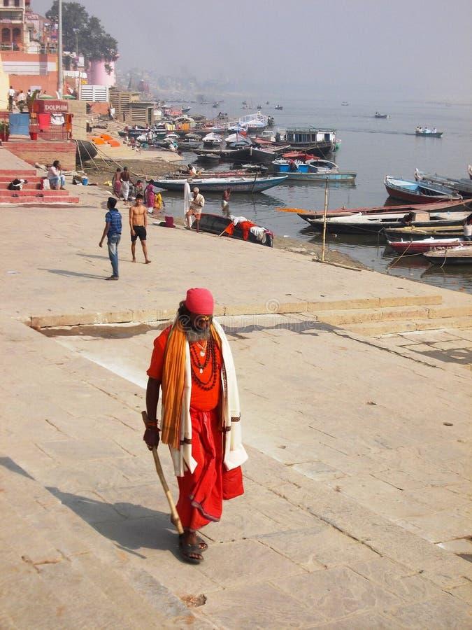 Паломник в Священном городе Варанаси в Индии стоковые изображения rf