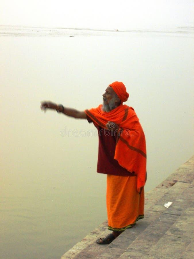 Паломник в Священном городе Варанаси в Индии стоковые фотографии rf