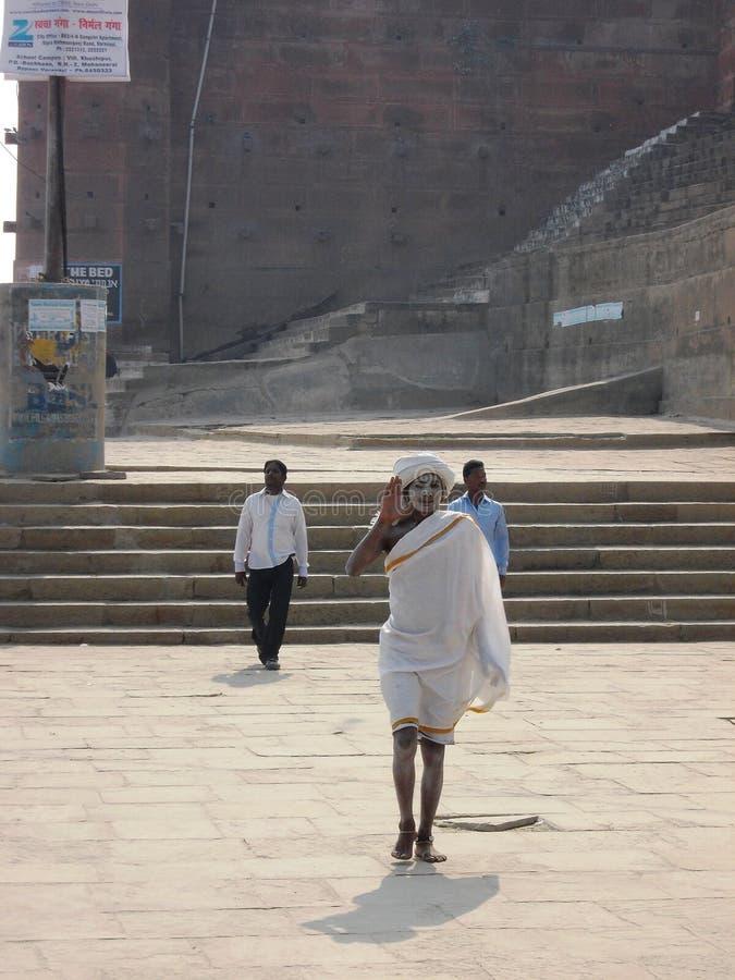 Паломник в Священном городе Варанаси в Индии стоковое фото rf