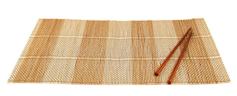 Палочки над бамбуковой циновкой стоковые изображения rf