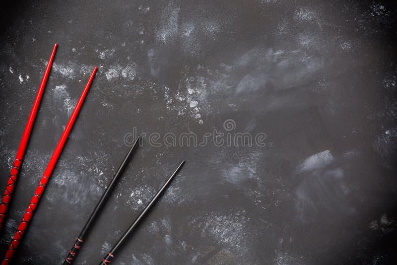 Палочки суш на каменной таблице Взгляд сверху с космосом экземпляра стоковые фотографии rf