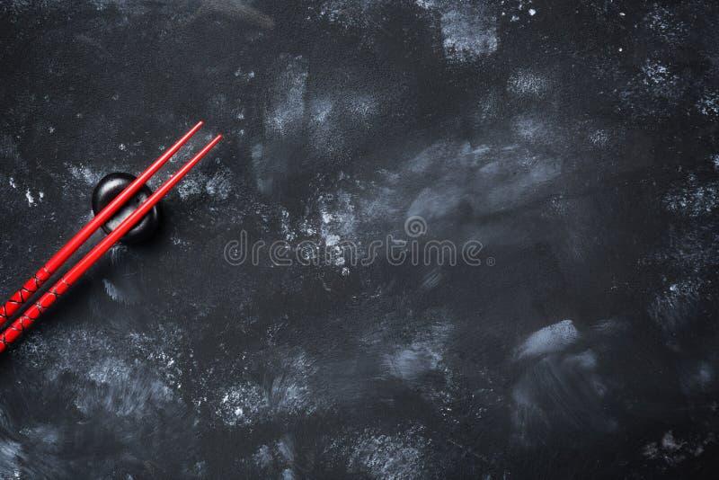 Палочки суш на каменной таблице Взгляд сверху с космосом экземпляра стоковые фото