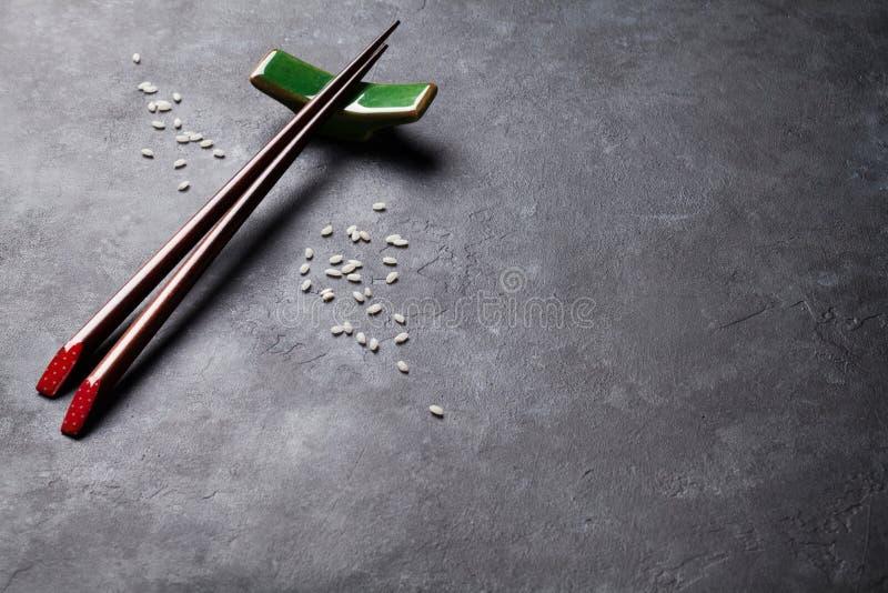 Палочки суш на каменной таблице стоковая фотография