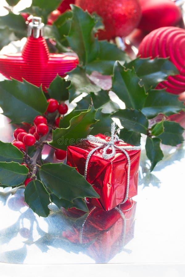падуб ягод зеленый покидает красный цвет стоковое изображение