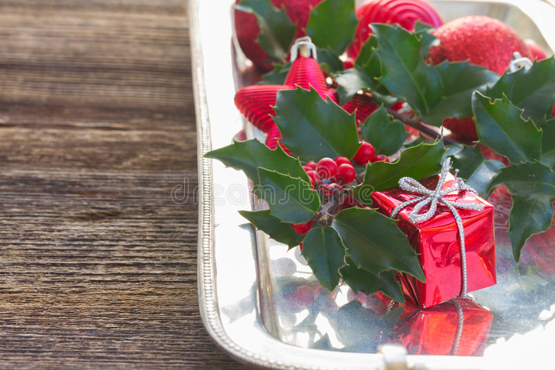 падуб ягод зеленый покидает красный цвет стоковое изображение rf