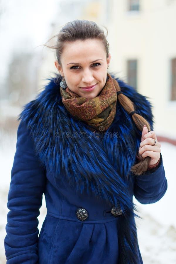 Пальто женщины нося на зимнем городе стоковые изображения