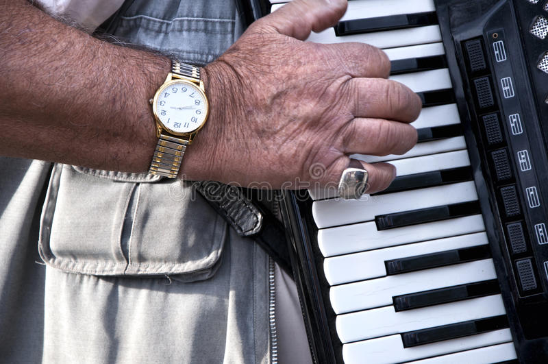 Пальцы играя ключи аккордеона Старший музыкант играя accoustic губную гармонику стоковое фото rf