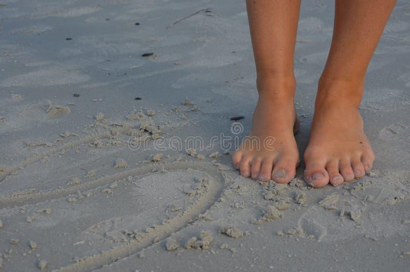 Пальцы ноги на песке стоковая фотография rf