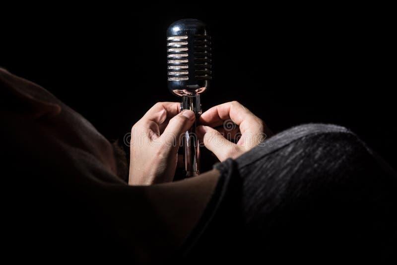 Певица конца-вверх песня подготавливает микрофон поет песню стоковое фото rf