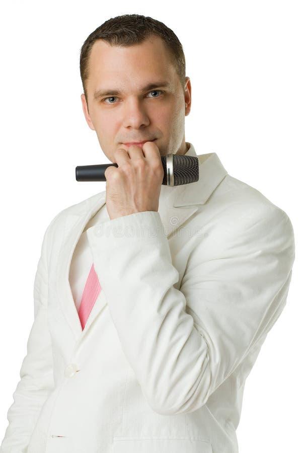 Певица человека при изолированный микрофон стоковая фотография