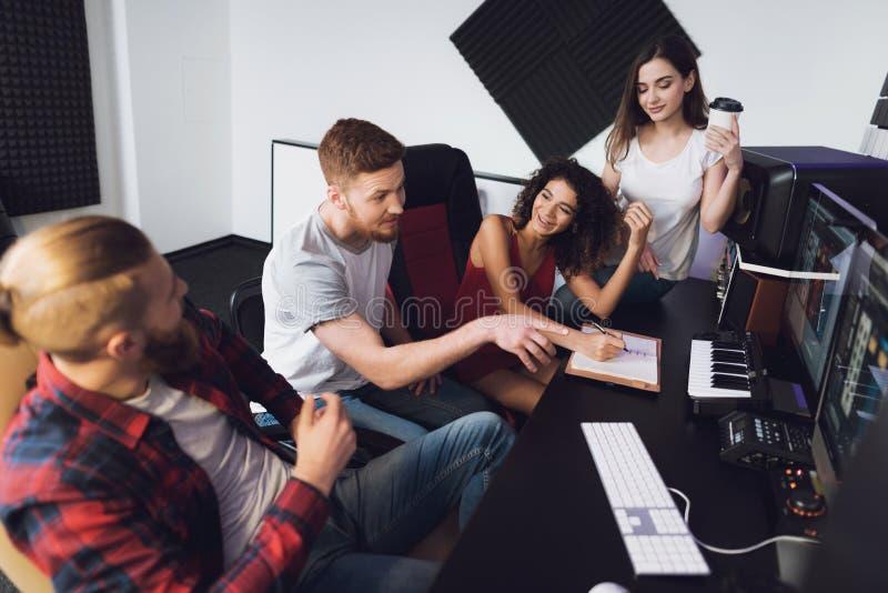 2 певицы и звукооператора в студии звукозаписи стоковое изображение rf