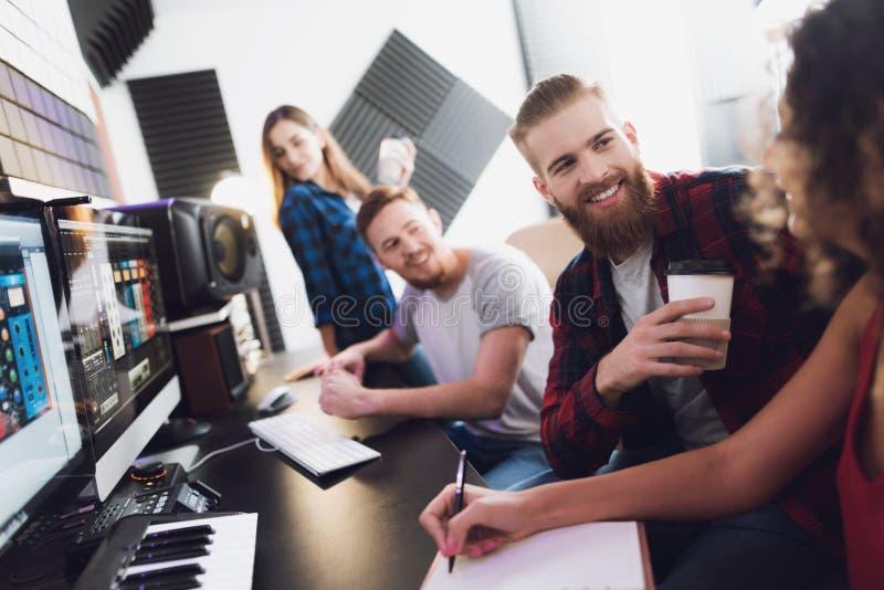 2 певицы и звукооператора в студии звукозаписи стоковое фото