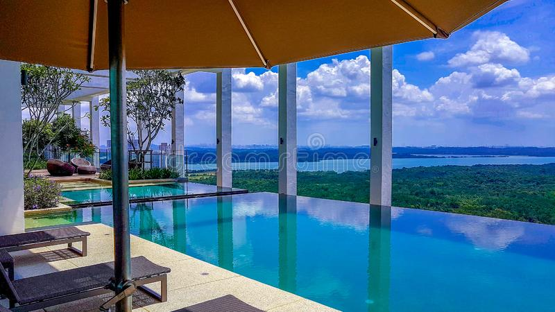 Пейзажный бассейн на Medini Iskandar Puteri, Джохоре Bahru Малайзии стоковые фото