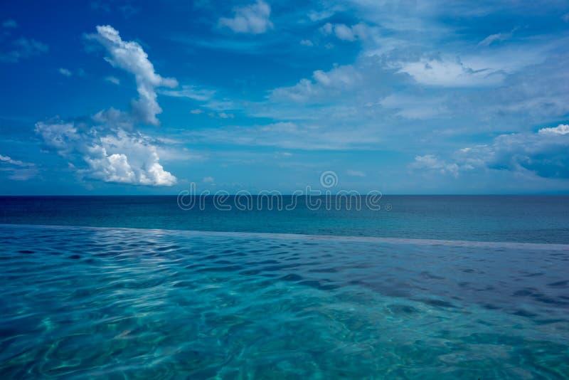 Пейзажный бассейн с голубой предпосылкой океана стоковые фото