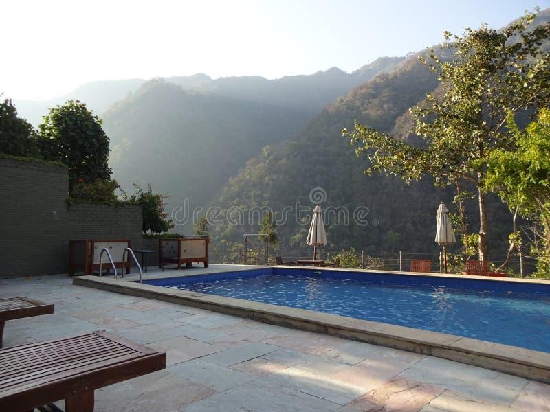 Пейзажный бассейн с горным видом стоковое фото rf