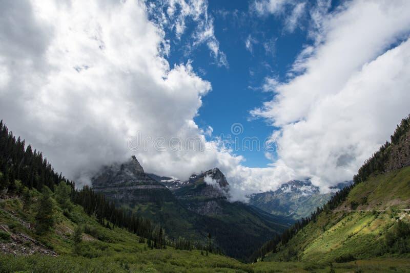 Пейзаж вдоль идти к дороге Солнца в национальном парке ледника в Монтане США Отрицательный космос в небе стоковые фотографии rf