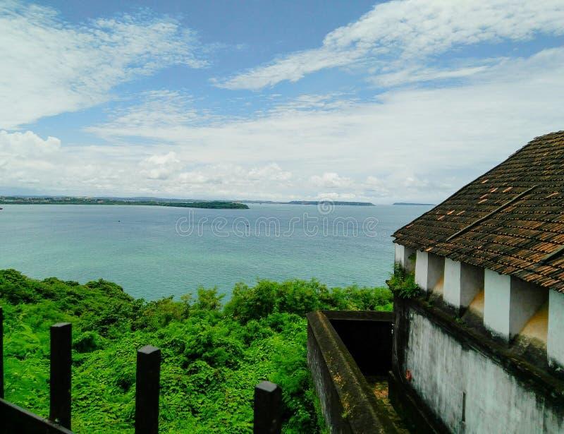 Пейзаж взгляда со стороны пляжа естественный в Индии, горизонте, море, коттедже стоковое фото rf