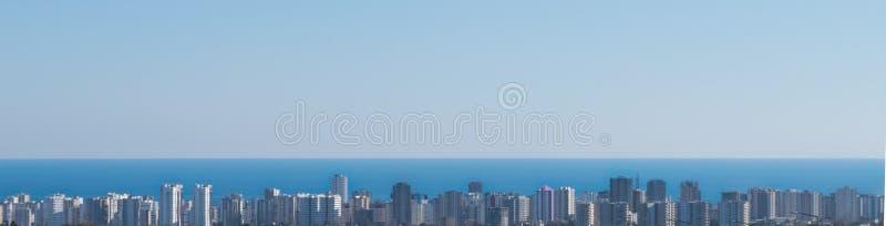 Пейзаж города и моря панорамы от дальнего расстояния панорама стоковые изображения rf
