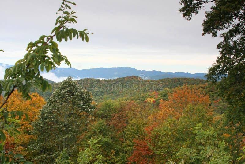Download пейзаж горы закоптелый стоковое фото. изображение насчитывающей цветасто - 6851394