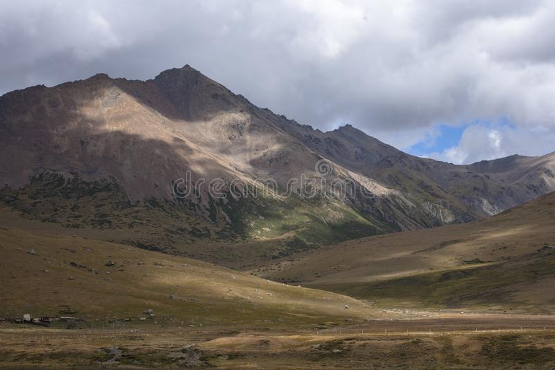 Пейзаж горы снега на плато 03 стоковая фотография rf