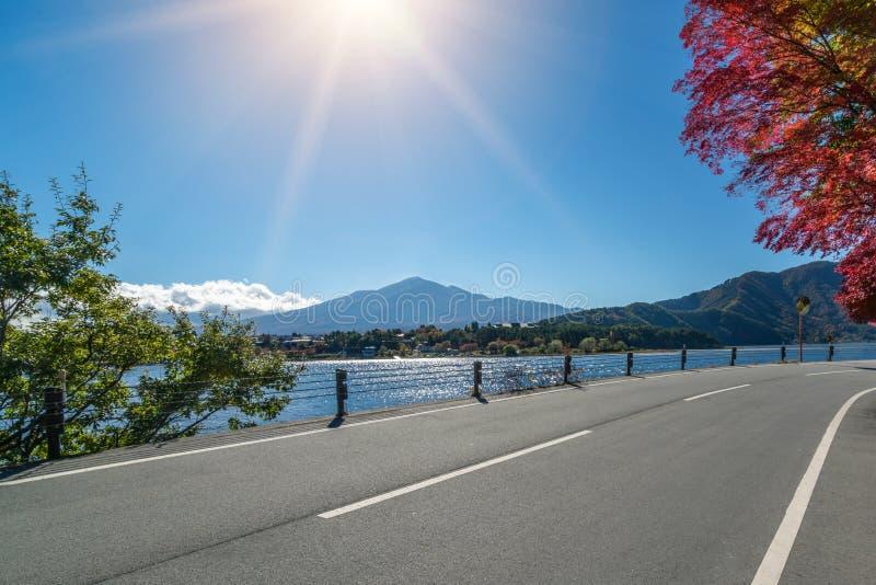 Пейзаж дороги с ландшафтом озера и горы стоковые изображения rf