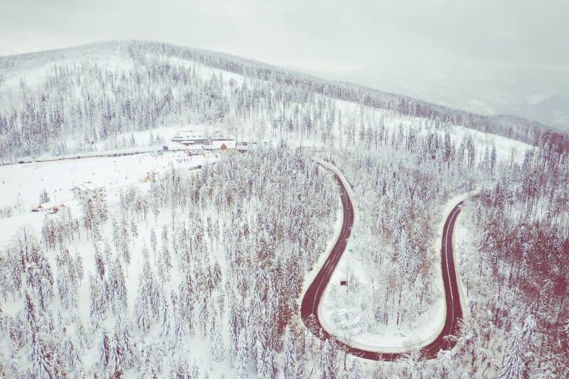 Пейзаж зимы в силезских горах Beskids Верхний вид с воздуха ландшафта горы снега с деревьями и дорогой стоковые изображения