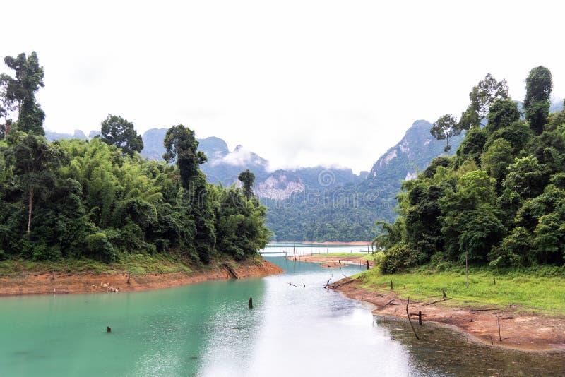 Пейзаж изумрудных озера, леса и горы Запруда Lan Cheow sok Таиланд национального парка khao Таиланд стоковая фотография rf