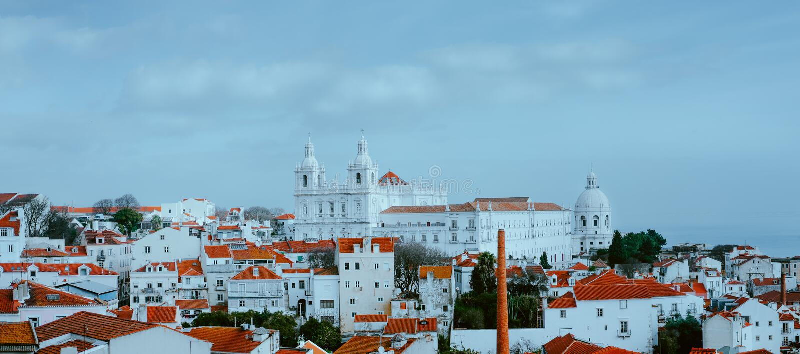 Пейзаж Лиссабона Panoramaview района на пасмурный день, Lissabon городка Alfama старого, Португалии покрашенное Красно-белое стоковые изображения