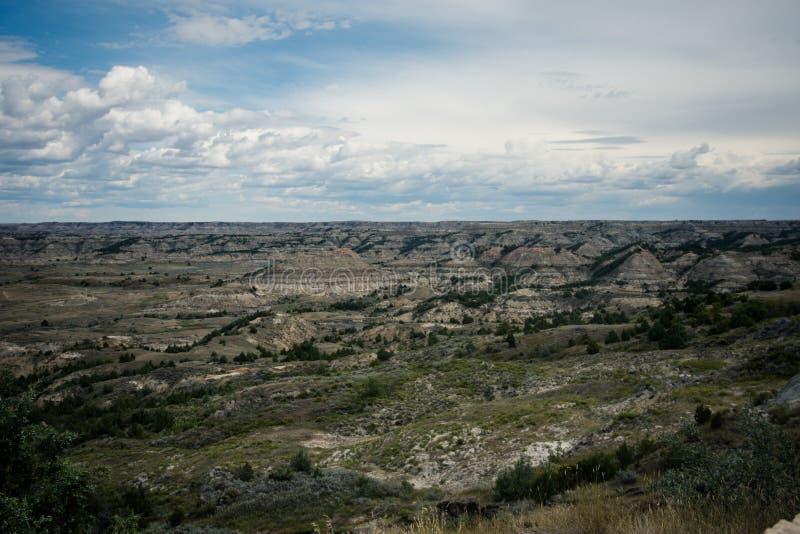 Пейзаж неплодородных почв национального парка Теодора Рузвельта около Medora, Северной Дакоты летом стоковая фотография