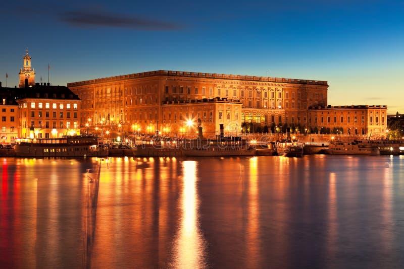 Пейзаж ночи королевского дворца в Стокгольм стоковые фото