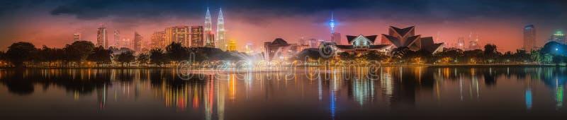 Пейзаж ночи Куалаа-Лумпур, дворец культуры стоковое фото rf