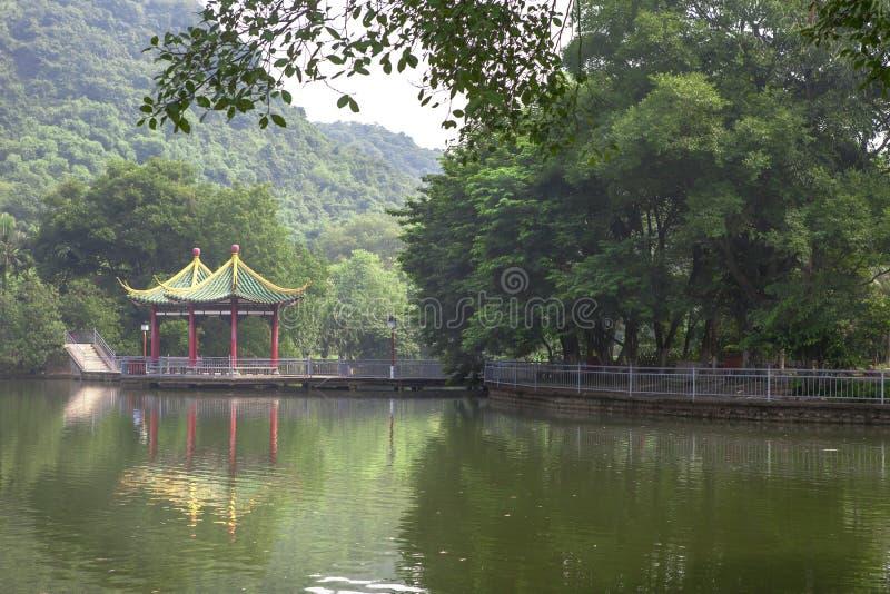 Пейзаж озера с павильоном стоковое фото