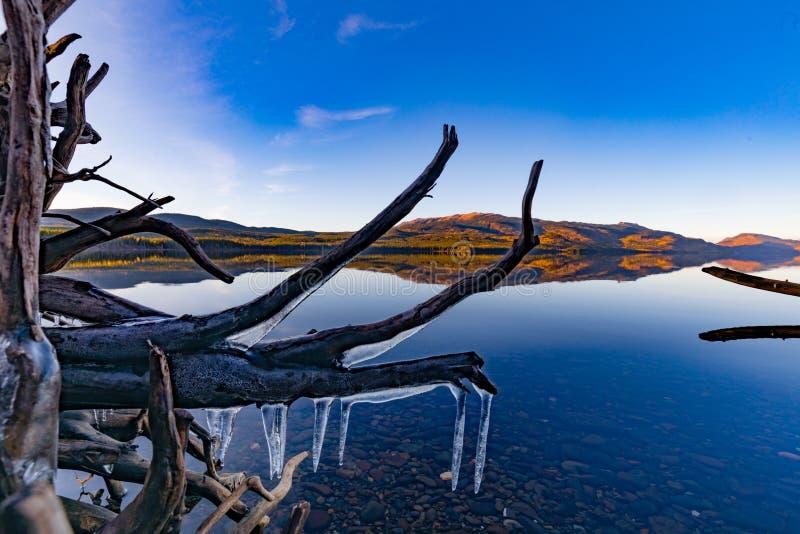 Пейзаж озера Kinaskan в последнем падении ДО РОЖДЕСТВА ХРИСТОВА Канаде стоковое изображение