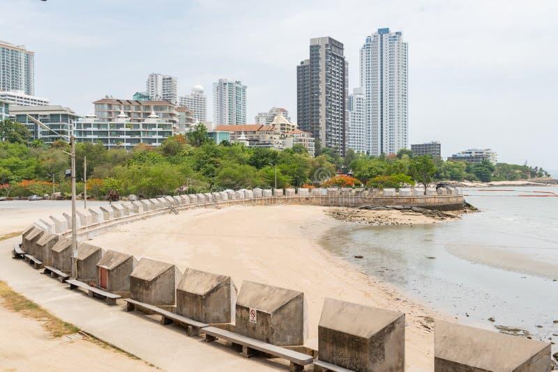 Пейзаж пляжа передний с зеленым горизонтом города леса в предпосылке во время дневного времени стоковое изображение